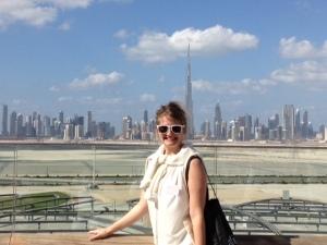 Sophia framför Dubais skyiline, med Burj Kahlifa som högsta topp