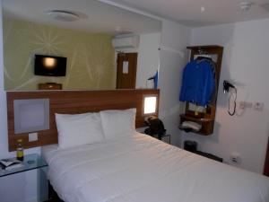 Vårt hotellrum på Tune Hotel, väldigt fräscht!